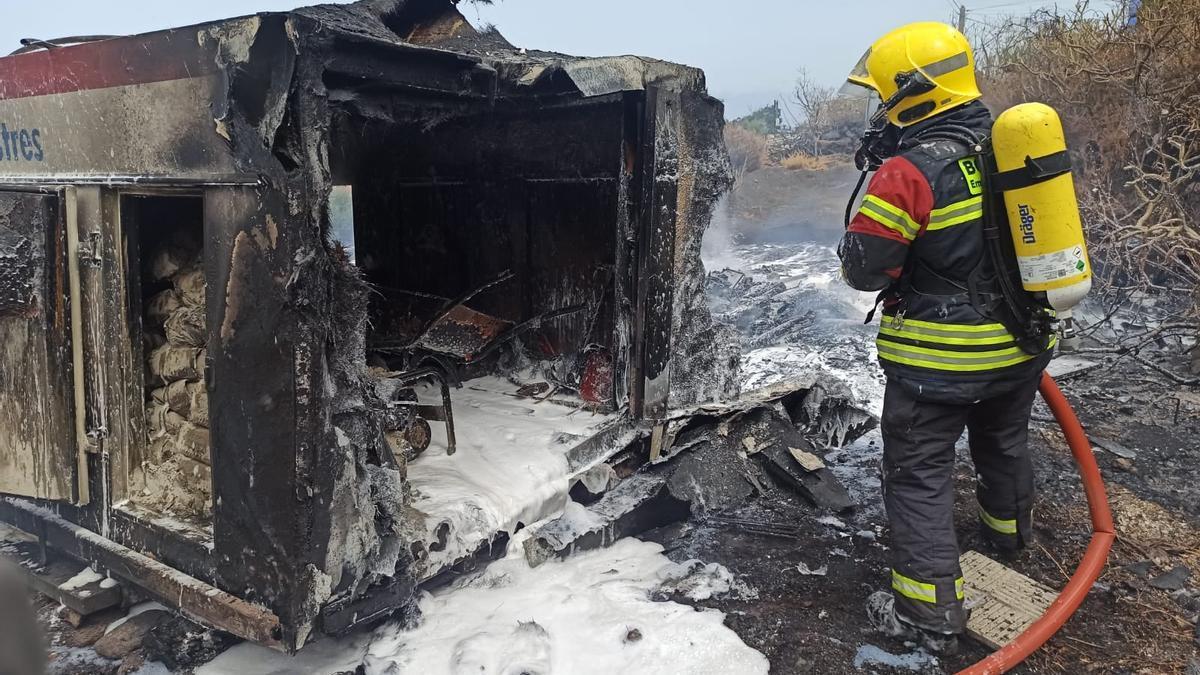 Un bombero durante las tareas de extinción registrado en la tarde de este lunes en  un contenedor-refrigerador.