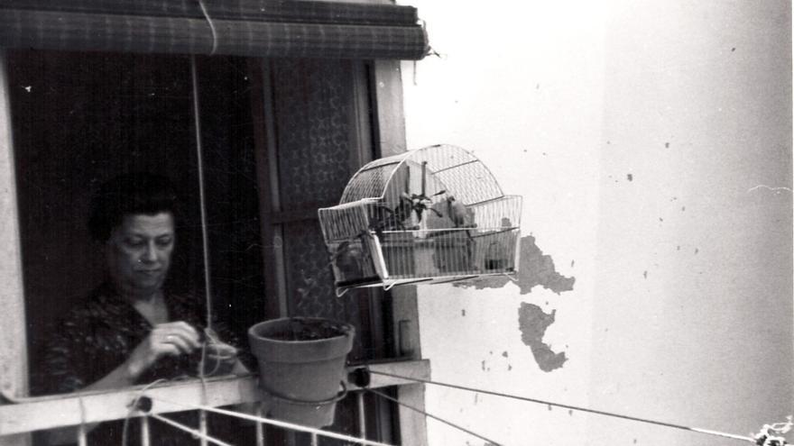 Señora y pájaro en jaula. Sin localización conocida.   MARIO CORRAL