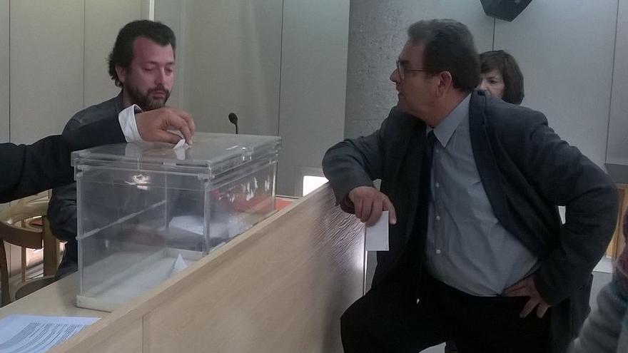 Jordi Maset Blanch, primer secretario del PSC de El Masnou, vota en un proceso de primarias