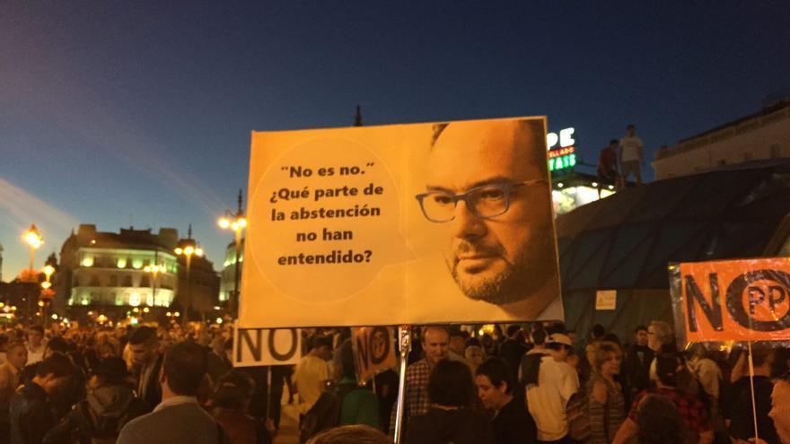 Pancarta Antonio Hernando en la protesta 'Rodea el Congreso