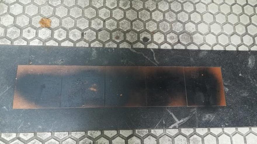 Aparecen tachadas con pintura negra varias placas colocadas en San Sebastián en recuerdo a varias víctimas de ETA