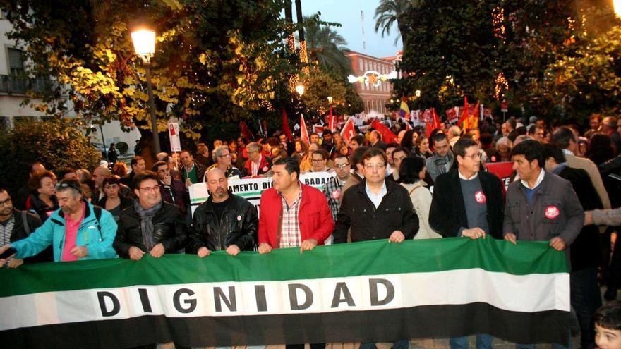 Marcha de la dignidad en Badajoz, con la presencia de Guillermo Fernández Vara y los líderes regionales de CCOO y UGT