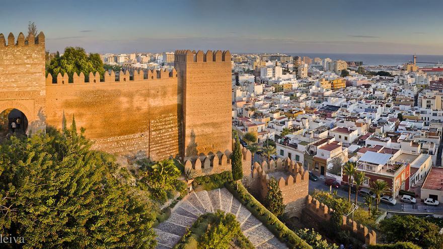 Vista parcial de Almería desde La Alcazaba, fortaleza construída por los musulmanes en la Edad Media y, hoy, principal monumento de la ciudad. www.turismodealmeria.org/Dleiva