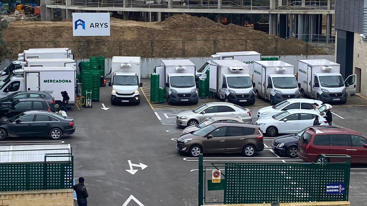 El aparcamiento del Mercadona de El Bosque, con diez furgonetas de reparto, antes de anunciar su retirada