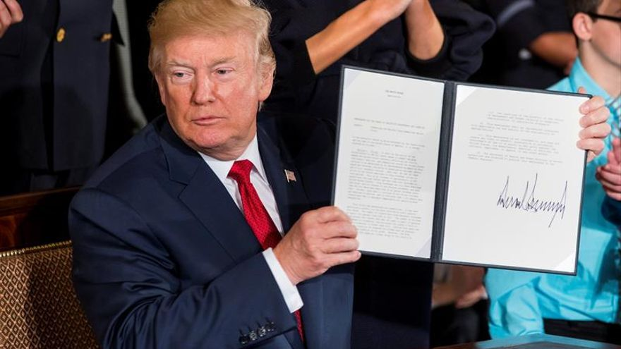 Trump ratifica la ley que limita las demandas colectivas a los bancos