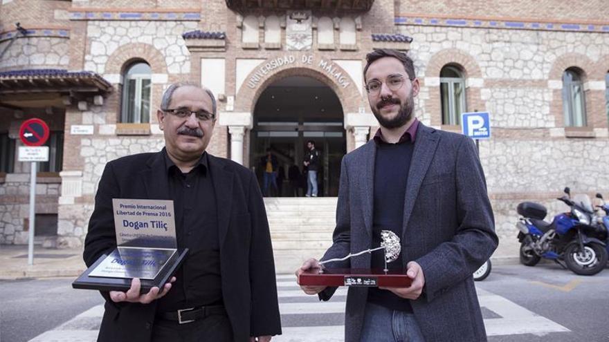 """Dogan Tiliç homenajea a los periodistas """"que no bajan la cabeza"""""""