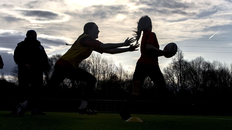 Niños juegan al rugby en Warrington, Reino Unido.