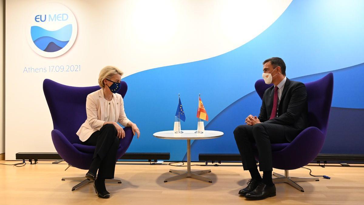 La presidenta de la Comisión Europea, Ursula von der Leyen, y el presidente del Gobierno, Pedro Sánchez, en Atenas.