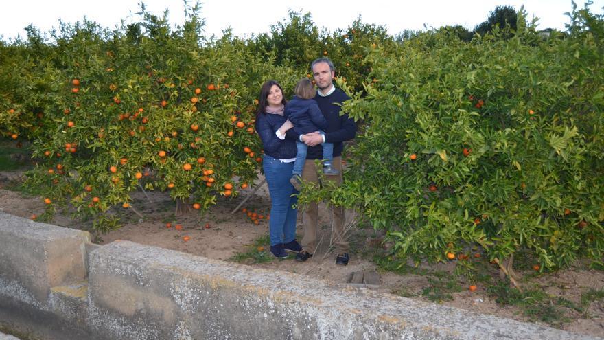 Tomi Ramírez y Héctor Bonet posan en un huerto de naranjos en Burriana (Castellón) .