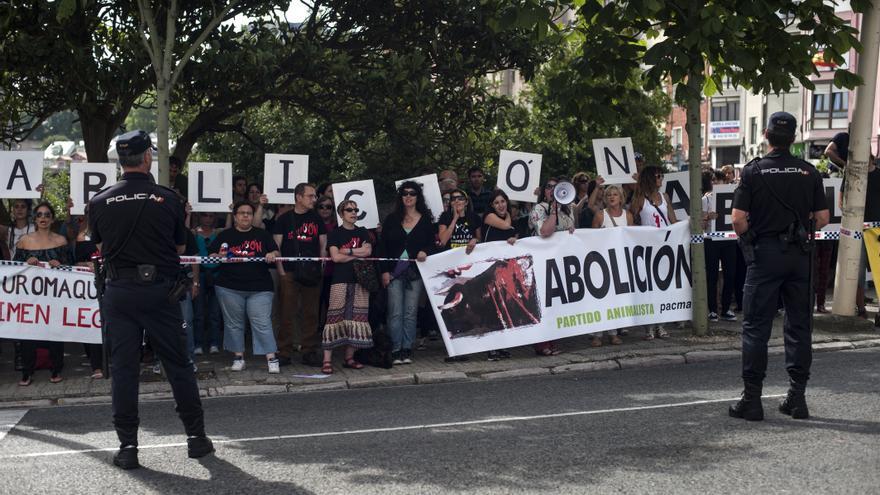 Protesta de colectivos antitaurinos en Santander. | JOAQUÍN GÓMEZ SASTRE