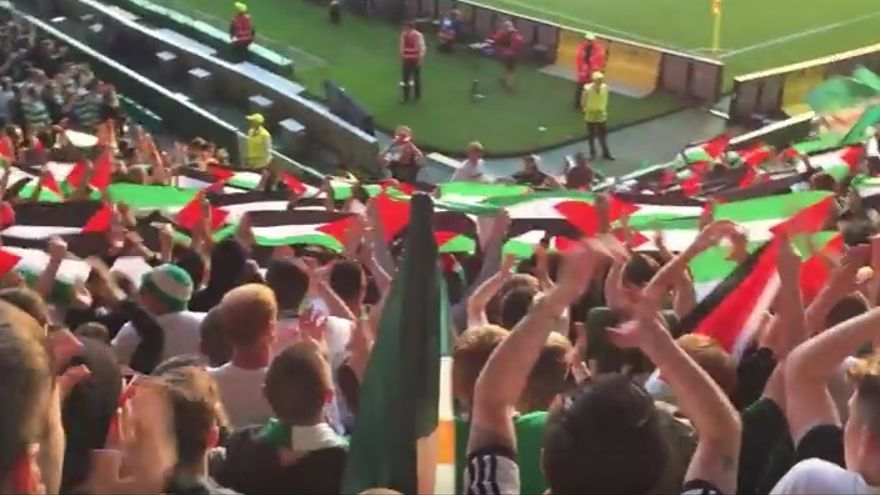 Aficionados del Celtic muestran las banderas de Palestina en el partido contra el Hapoel Be'er Sheva.