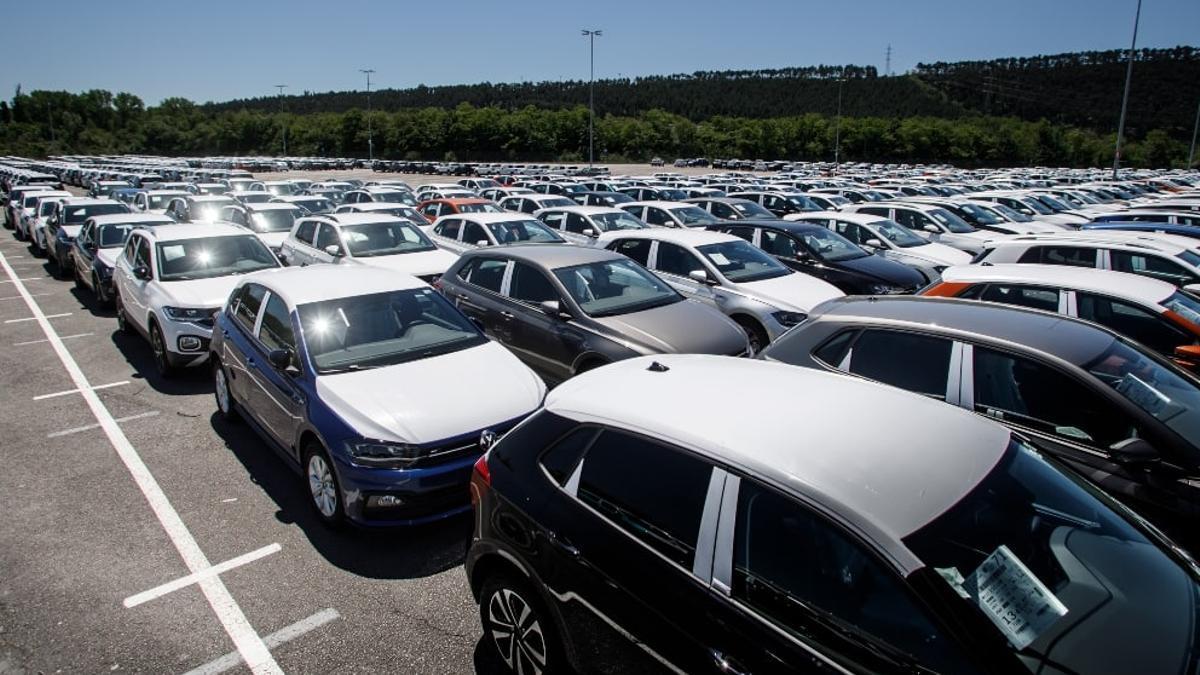Volkswagen Polo y T-Cross estacionados en el recinto de la planta de Landaben