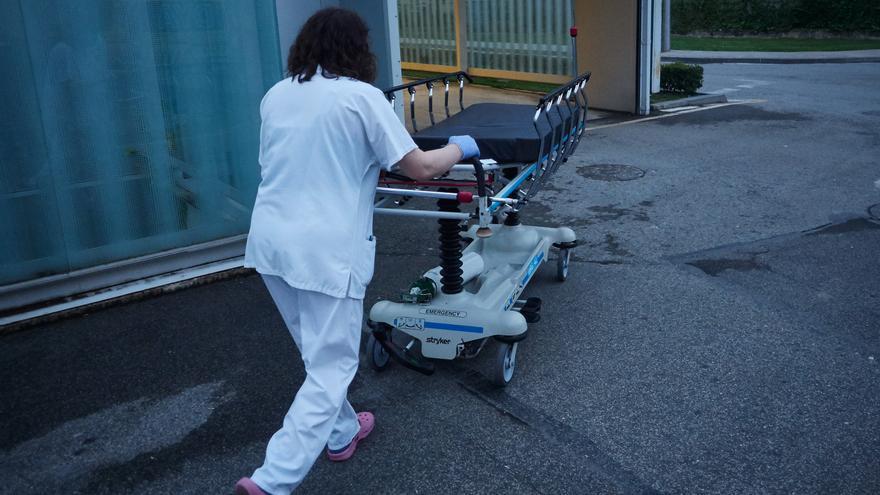 Archivo - Personal sanitario del Hospital de Navarra traslada una camilla desinfectada en el Servicio de Urgencias durante la cuarta semana de confinamiento por el Estado de Alarma decretado por el Gobierno de España con motivo del coronavirus, COVID-19.