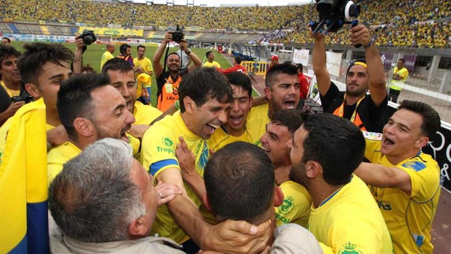 El jugador de la UD Las Palmas Juan Carlos Valerón celebra con sus compañeros el ascenso. EFE/Elvira Urquijo A.