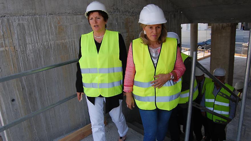 La conselleira de Sanidade (izquierda), este jueves con la gerente del área de Ourense, Eloína Núñez
