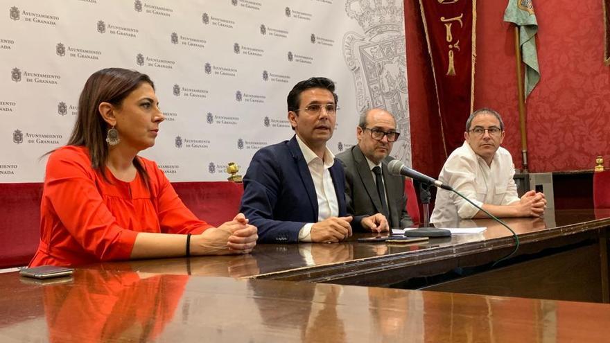 El exalcalde de Granada, el socialista Francisco Cuenca, durante la rueda de prensa en la que ha pedido a Vox que vete la estructura municipal propuesta por Cs y PP