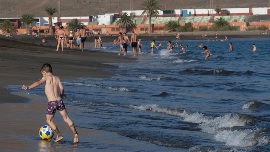 Un niño juega en la playa de Gran Tarajal, en Fuerteventura, en la fase 2