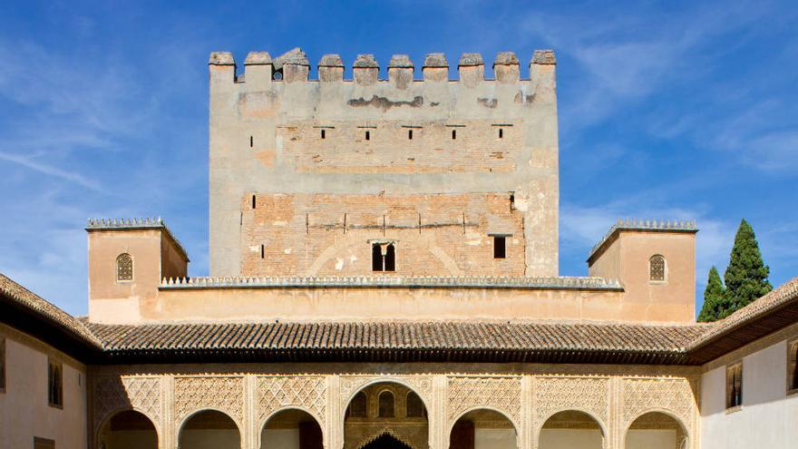 La Torre de Comares reflejada en la alberca, una de las imágenes paradigmáticas de La Alhambra.