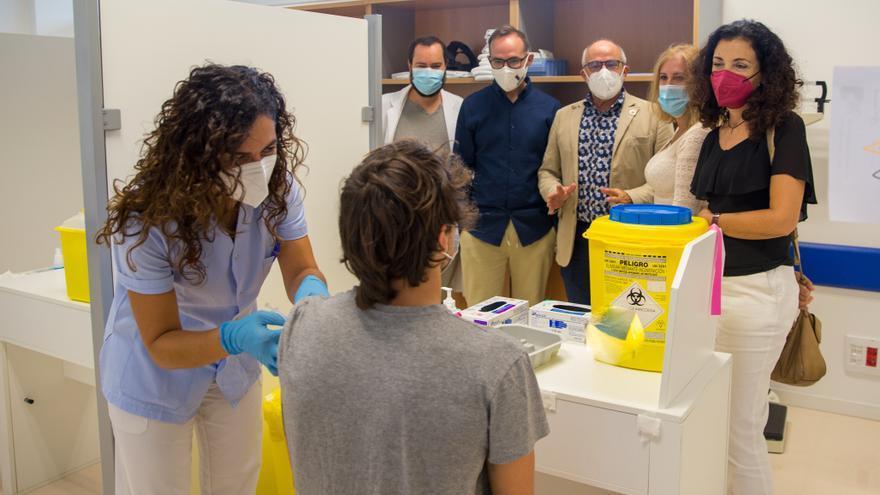 El consejero de Sanidad, en la vacunación sin cita en el Hospital Tres Mares de Reinosa