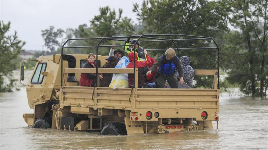 Harvey encara de nuevo la costa y seguirá dejando fuertes lluvias en Texas
