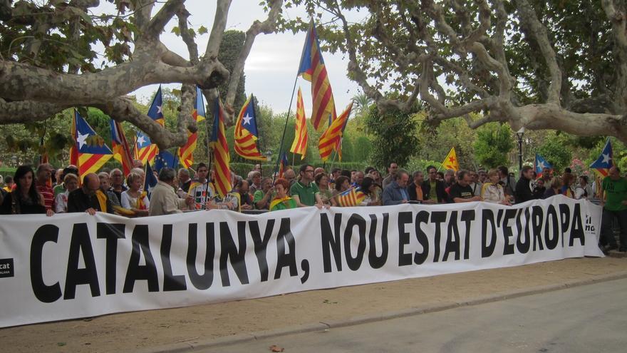 Unas 200 personas se concentran ante el Parlamento catalán por la independencia