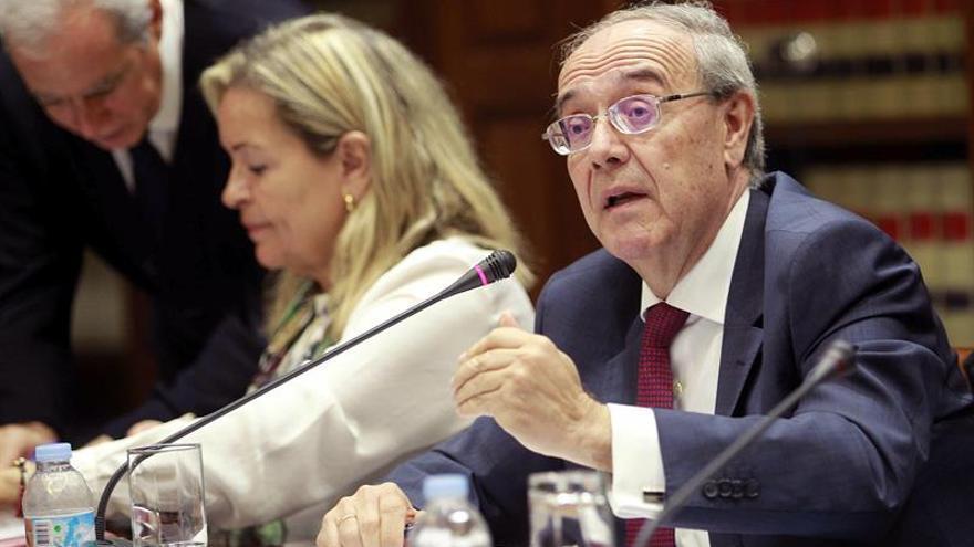 El fiscal superior de Canarias, Vicente Garrido, durante la presentación en comisión parlamentaria, de la memoria del año 2015. EFE/Cristóbal García