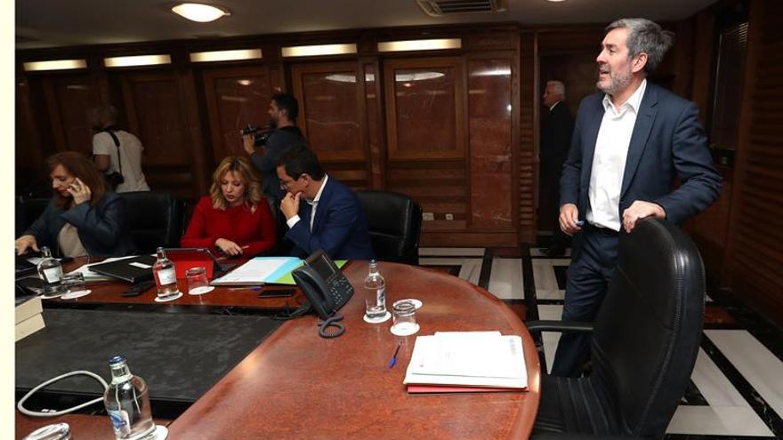 El presidente del Gobierno de Canarias, Fernando Clavijo (d) preside el Consejo de Gobierno. EFE/Elvira Urquijo A.