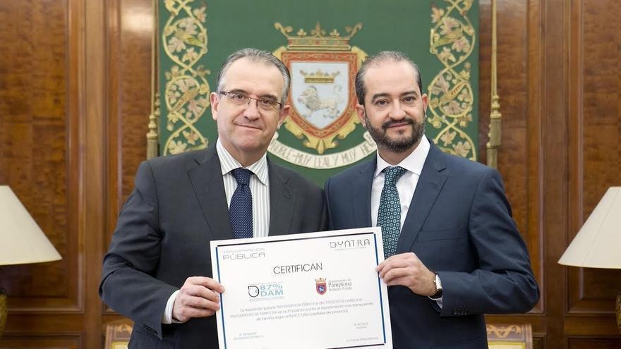 Pamplona recibe el premio Dyntra a la tercera capital de provincia con la web más transparente
