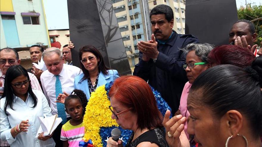El presidente de Venezuela, Nicolás Maduro, asiste al barrio El Chorrillo de Ciudad de Panamá, hoy viernes 10 de abril de 2015, donde coloca una ofrenda floral en el Monumento a los Caídos previo a las actividades oficiales de la VII Cumbre de las Américas. EFE