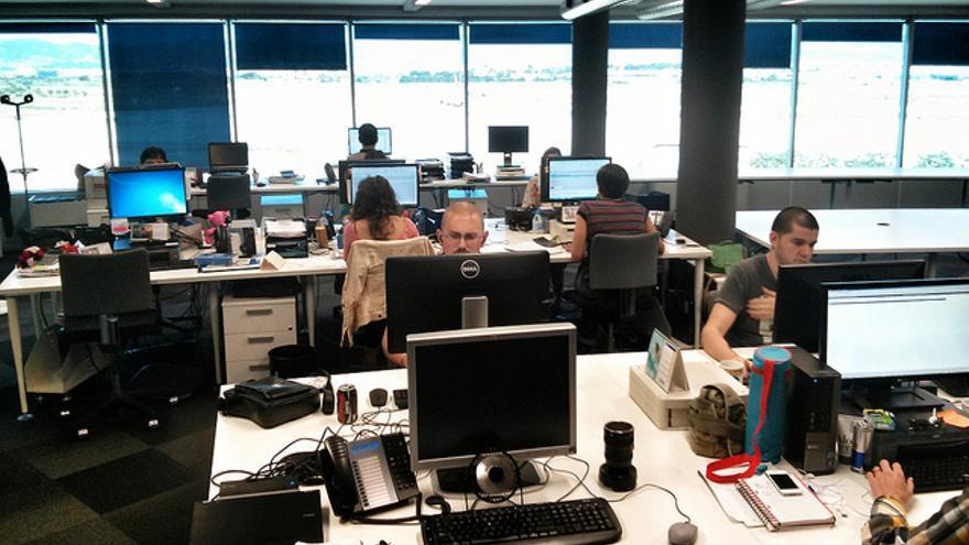 Los 'community managers' trabajan en equipo con otros departamentos para resolver las consultas