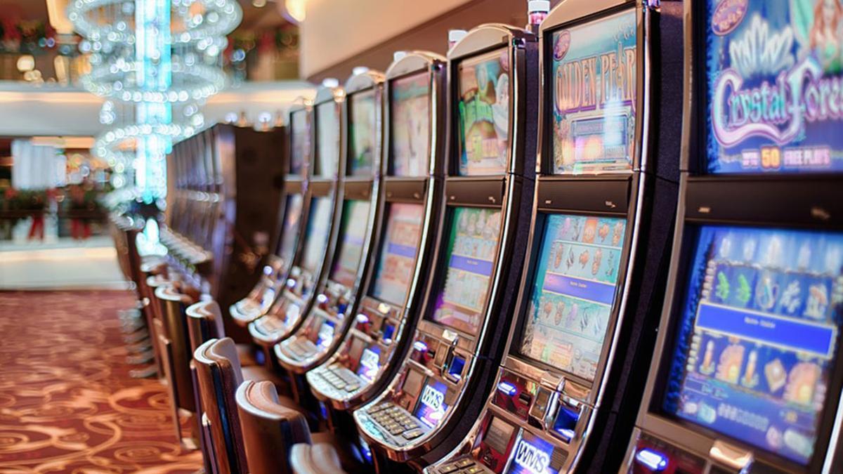 Máquinas tragaperras en un local de juegos.