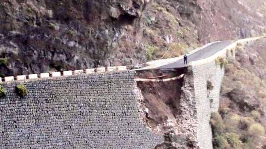 Derrumbe reciente de parte de la vía que lleva al faro de Teno