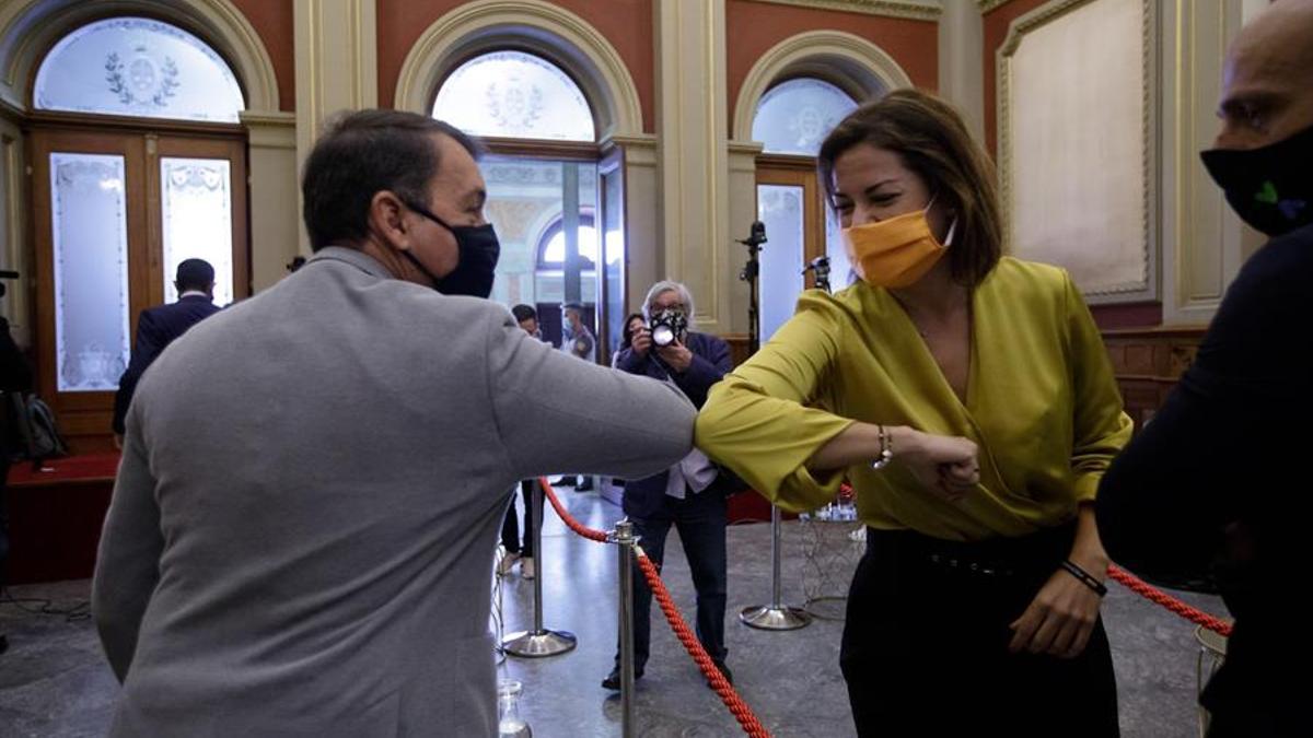 Evelyn Alonso y José Manuel Bermúdez se saludan en el pleno en el que ella se convirtió en concejala tras la renuncia de Lazcano