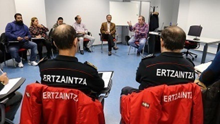 La Ertzaintza se reúne con la comunidad gitana de Euskadi para reforzar los canales de colaboración