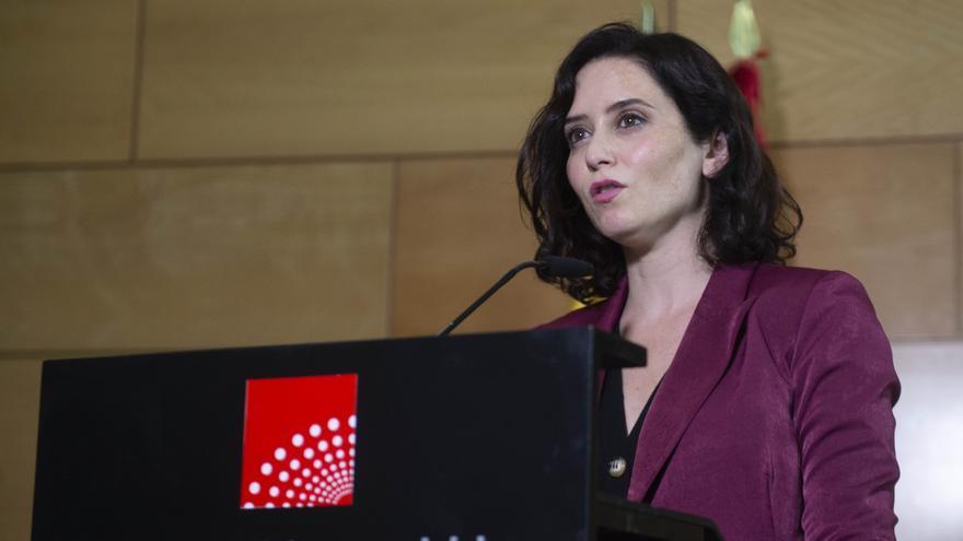 La presidenta en funciones de la Comunidad de Madrid, Isabel Díaz Ayuso, durante una reunión con la presidenta de la Asamblea de Madrid.