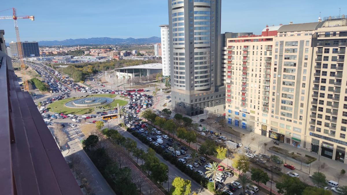 Colas kilométricas en los accesos y salidas de València en la tarde del viernes.
