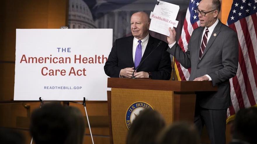 Impulsores de la nueva ley de salud de EE.UU. defienden el plan para acabar con el Obamacare