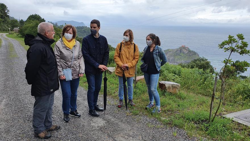 Amaia Antxustegi, Amets Jauregi, Aritz Abaroa e Idoia Platas, en su visita a Gaztelugatxe.