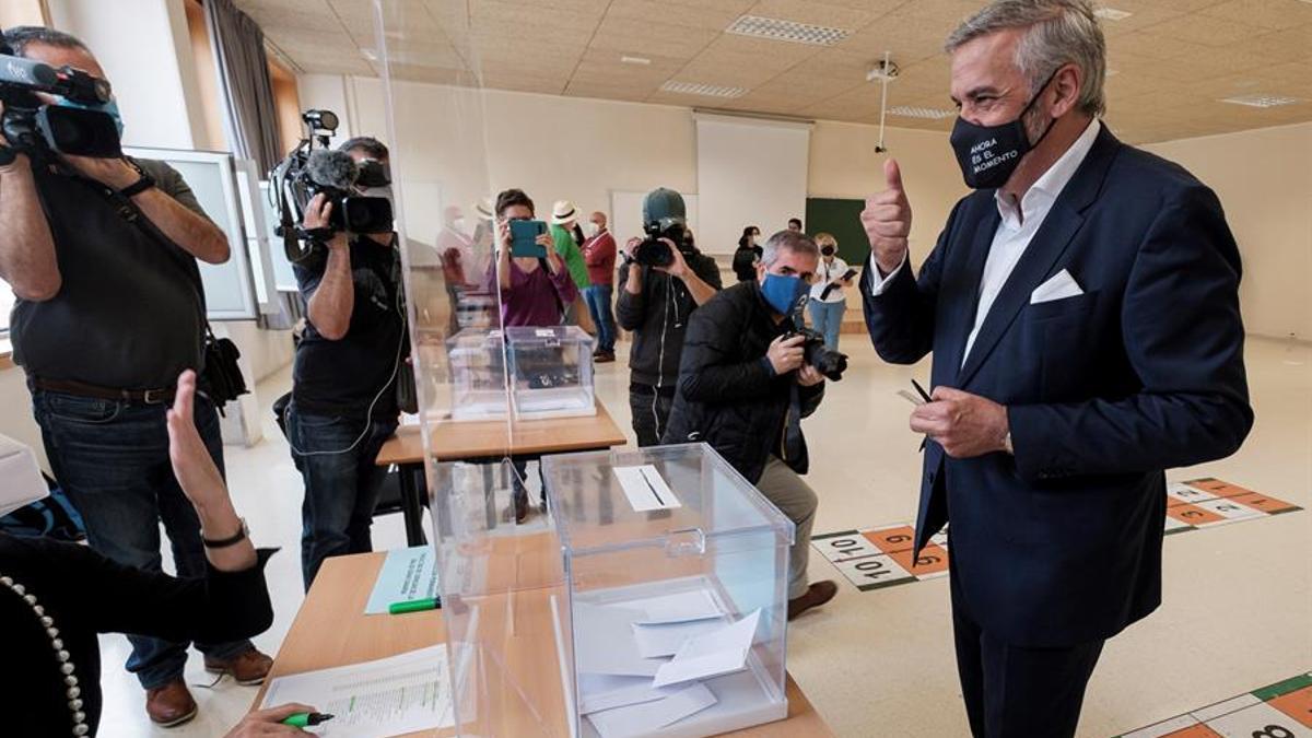 Lluis Serra ejerciendo el voto a las elecciones de la ULPGC en la Facultad de Ciencias de la Salud. EFE/Ángel Medina G.