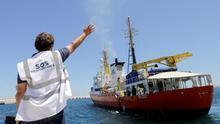 Un trabajador de SOS Mediterranée despide al 'Aquarius' tras desembarcar a decenas de migrantes el pasado mes de junio.