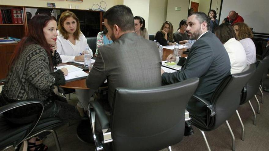 Patricia Hernándezconversa con Aarón Afons, durante la mesa de trabajo organizada con el fin de abordar la elaboración del decreto de adjudicación de viviendas de parque público por puntos. EFE/Cristóbal García