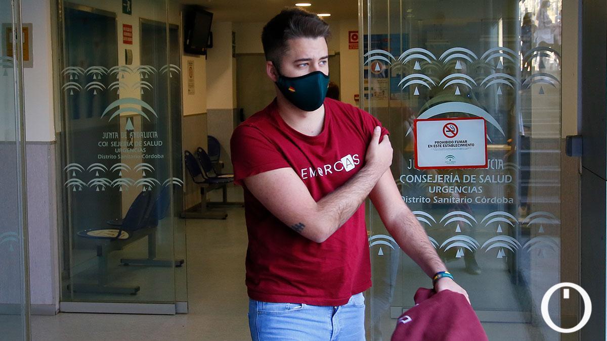 Un cordobés tras ser vacunado en la capital