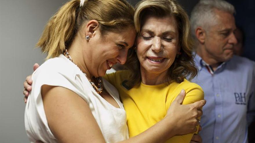 La presidenta de Compromiso por Gran Canaria, Nardy Barrios y la concejal en la oposición Isabel Mena.EFE/Ángel Medina G.