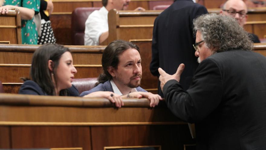 Pablo Iglesias e Irene Montero conversan con el diputado de ERC Joan Tardà minutos antes del inicio del debate de la moción de censura