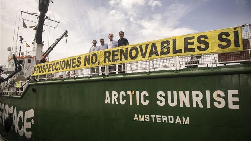 La Armada rescata y evacúa a un activista de Greenpeace en una protesta contra los sondeos