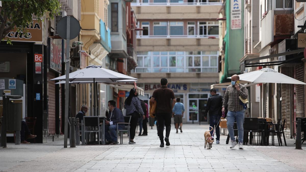 Personas pasean por una calle de Las Palmas de Gran Canaria