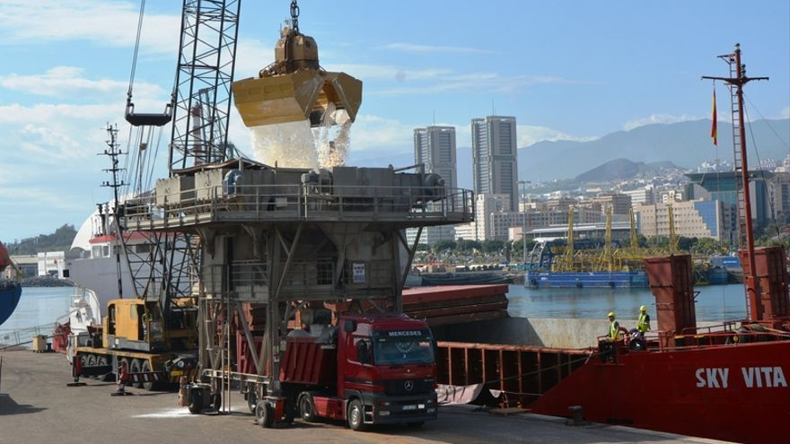 Descarga de sal en el puerto de Santa Cruz de Tenerife, destinada a la producción de cloro