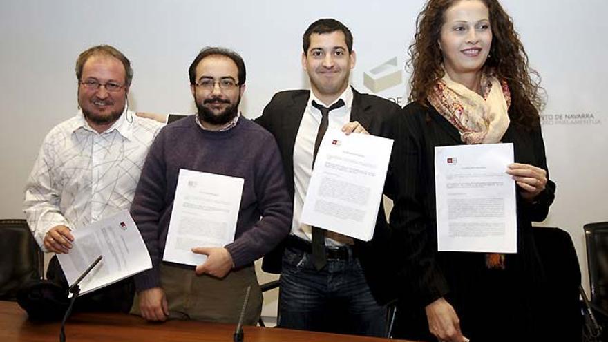 El parlamentario de Nafarroa Bai Ioseba Eceolaza y a su izquierda la actriz Carla Antonelli, ex coordinadora del área transexual del PSOE, el 25 de febrero de 2009 / EFE
