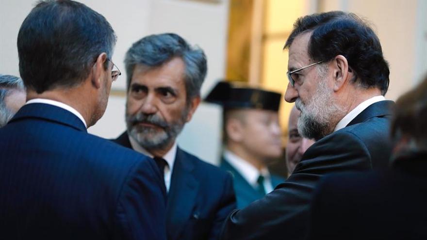 El presidente del gobierno, Mariano Rajoy; el ministro de Justicia, Rafael Catalá (i); y el Presidente del Tribunal Supremo, Carlos Lesmes (c), en la capilla ardiente de Maza