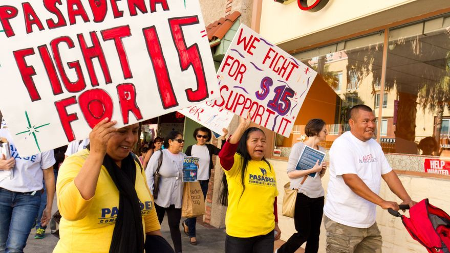 Cientos de trabajadores, en su mayoría latinos, marchaban el pasado noviembre en Pasadena (California) para pedir un salario mínimo de 15 dólares por hora